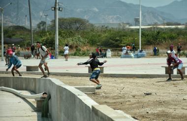 Hinchas del Unión Magdalena y del Junior durante los enfrentamientos.