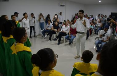 El Coro Infantil y Juvenil de Puerto Colombia y el Coro Alberto Carbonell deleitaron a los asistentes con sus cantos.
