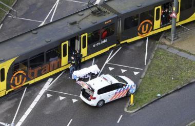 El cuerpo de una de las víctimas mortales del ataque a bala es sacado de la estación del tranvía en  Utrecht,, Holanda.