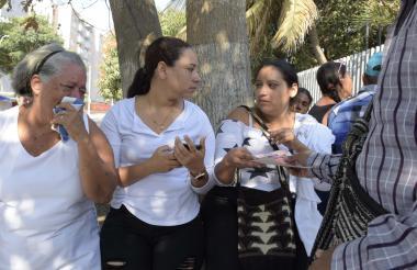 Familiares de Darwin Manotas a las afueras de Medicina Legal.