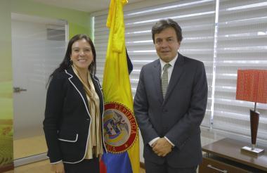 De izquierda a derecha, Directora de la ANT Miryam Martínez y Roberto Vélez, gerente de la FedeCafeteros.