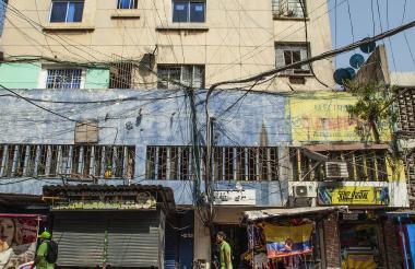 Telaraña de cables en la calle 37 con carrera 42, en el centro de Barranquilla.