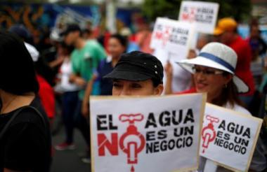 Pese a la advertencia de Bukele, el comisionado de la policía Juan Carlos Arévalo señaló que los manifestantes seguirán detenidos y puestos a la orden de la fiscalía.