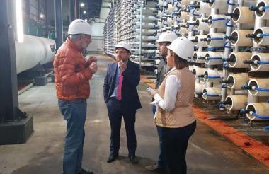 El alcalde samario Rafael Martínez (c) durante la visita a una planta en Tel Aviv, la semana pasada.