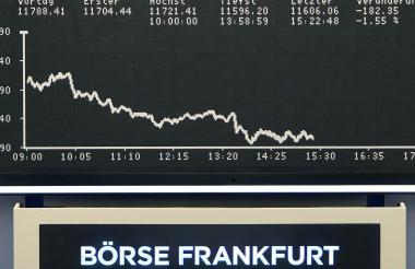 Índice de acciones de Alemania DAX, en la bolsa de valores de Fráncfort ayer, muestra la caída de Bayer.