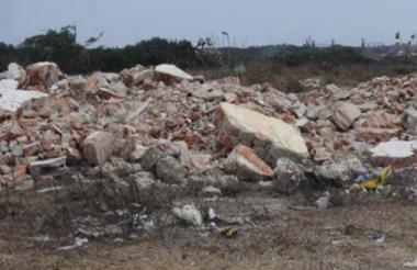 Los escombros son tirados en zonas baldías.