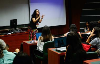 La profesional en Estudios Literarios Marjorie Eljach durante su seminario de romanticismo negro.