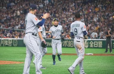 El japonés Ichiro Suzuki recibió una gran ovación en el Tokio Dome.