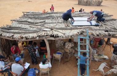 Dos operarios instalan los paneles en la comunidad de Murujuy, en zona de la Alta Guajira.