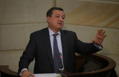 Ernesto Macías, presidente del Congreso, generó polémica con su propuesta.