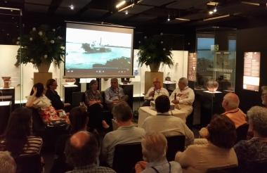 Claudia Schnurbusch, Anette Breiler, Elli Oeding, Herbert Flesch, Carlos Lindemeyer y el moderador Guillermo Márquez durante la charla en Uninorte.