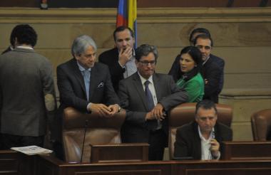 El ministro de Hacienda, Alberto Carrasquilla, está acompañado de varios congresistas durante el debate en las comisiones conjuntas de Senado y Cámara.