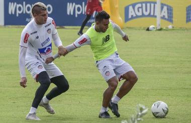 Germán Gutiérrez intenta proteger el balón ante la marca de Michael Rangel.