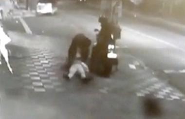 Tras golpear a la mujer, uno de los delincuentes le arrebató el bolso.