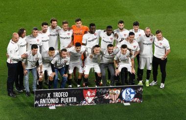 Los integrantes del actual plantel del Sevilla y algunos exjugadores que estuvieron presentes en el trofeo Antonio Puerta. En medio, el arquero barranquillero Luis García.