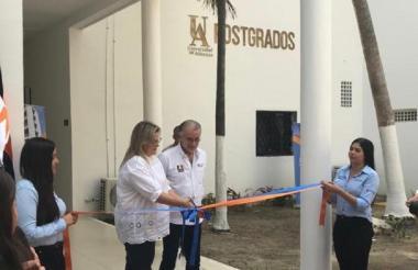 El gobernador Verano y la rectora (e) Stevenson cortan la cinta durante el acto de inauguración.