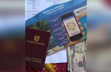 Pasaporte, guía turística y dólares de uno de los viajeros.