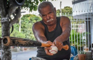 Teófilo Gutiérrez Blanco desde la terraza de su casa con el bate en la mano.