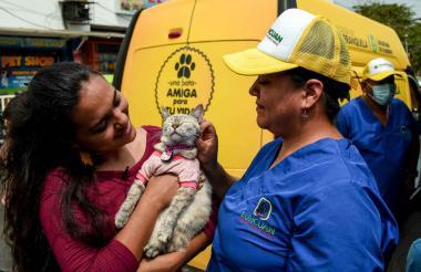 La animalista Leidy Iregui asistió a la actividad con su gata Negrita. Al fondo se aprecia la patrulla animal.