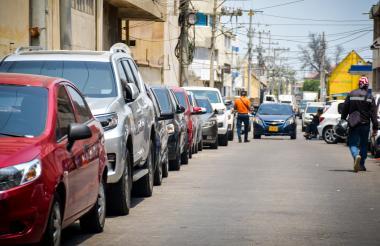Vehículos parqueados en la carrera 45 con calle 39, en el centro de Barranquilla.