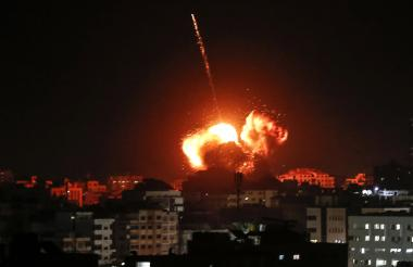 Una bola de fuego sobre un edificio que se cree alberga las oficinas del jefe de Hamas en Gaza, Ismail Haniyeh, durante ataques israelíes.