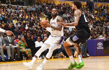 LeBron James consiguió un triple doble ante los Kings.