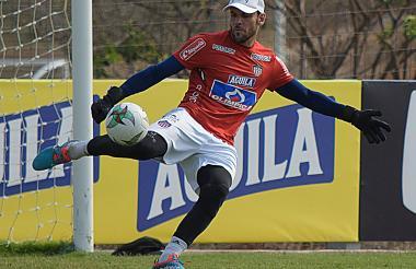 El arquero Sebastián Viera realiza un saque en un entrenamiento del Junior.