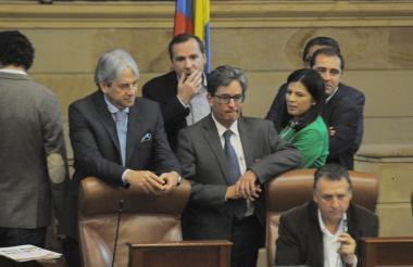 El Alto Consejero Jaime Amín y el ministro de Hacienda, Alberto Carrasquilla, durante el debate.