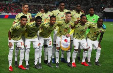 Titular de Colombia ante Corea del Sur. Arriba: Cuéllar, Sánchez, Mina, Zapata y Arboleda. Abajo: Díaz, Orejuela, Villa, Uribe, Morelos y Borja.