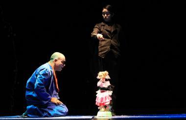 Escena de la obra 'El enfermo imaginado', proyecto de Cofradía Teatral que muestra una versión libre del texto 'El enfermo imaginario', de Moliere.