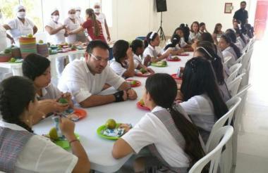 Fotografía captada en 2018, cuando el secretario Dagoberto Barraza dialoga con varios estudiantes que ese año recibieron alimentación escolar.