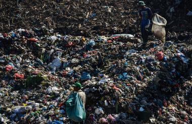 Acumulación de plástico en los basureros.