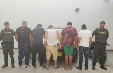 La policía presentó a los cinco detenidos.