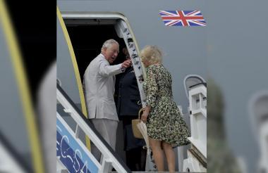 El príncipe de Gales y su esposa, la duquesa Camila de Cornualles, dejaron Cuba pasadas las cuatro de la tarde hora local (20H00 GMT) a bordo de una nave de la Real Fuerza Aérea, con rumbo a las Islas Caimán.