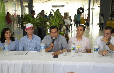 Yesenis Campo, Henry  Arias, Efraín Bello Camargo, Fabio Vidal y David Álvarez durante la apertura del centro comercial.