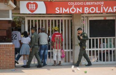 La Policía hizo presencia en el Megacolegio de Las Flores tras ser informada del supuesto atentado.