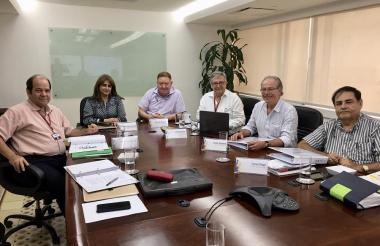 Los miembros de la Junta Consultiva tras la reunión realizada en la sede de Electricaribe.