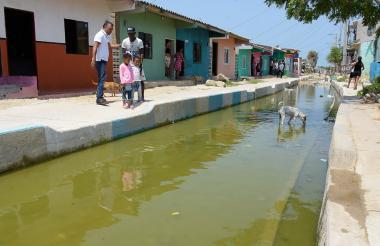 Vista del agua estancada en la vía pavimentada.