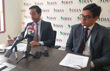 Lisandro Junco (izq), director de fiscalización de la DIAN.