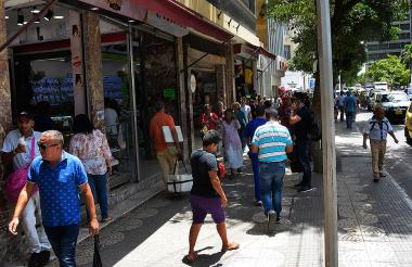 Transeúntes en el sector del Paseo Bolívar en el centro de Barranquilla.