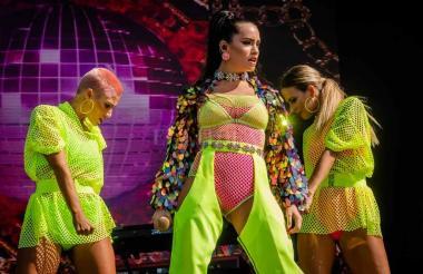 La cantante se robó todas las miradas al lucir un vestuario muy colorido y sensual.