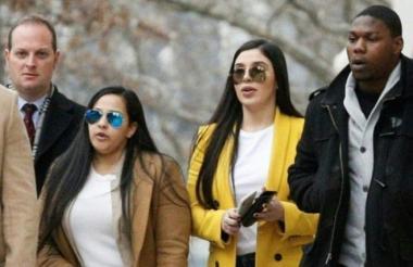 Emma Coronel, esposa del 'Chapo' Guzmán, llega junto a la abogada Mariel Colón a la corte de Brooklyn durante el juicio de su esposo.