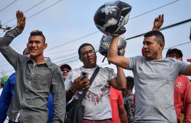 Un grupo de mototaxistas durante los bloqueos de ayer en Puerto Colombia.
