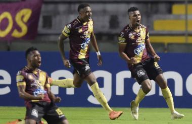 Jugadores del Deportes Tolima celebrando su primer triunfo en el grupo G de la Copa Libertadores.