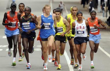 Atletas participando en una maratón.