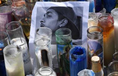Cientos de personas se acercaron ayer al lugar donde asesinaron a Hussle.
