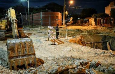 Las obras de canalización se cumplen en el arroyo de la carrera 21 y han afectado al tradicional colegio.