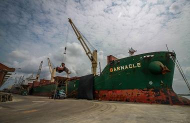 Embarcación atracada en la Sociedad Portuaria Regional de Barranquilla.