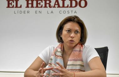 La superintendente de Servicios Públicos, Natasha Avendaño, durante su visita a EL HERALDO.