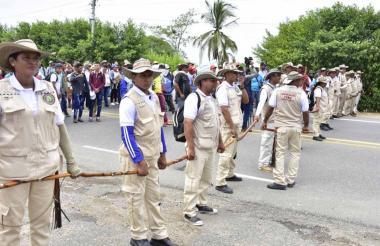 Integrantes de la Guardia Indígena Zenú impiden paso.
